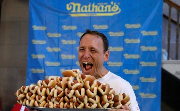 El mayor concurso Internacional de comer perritos calientes