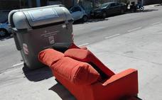 Medio Ambiente pide a la Policía Local que multe a quien tire los muebles a deshoras