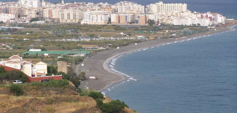 Trasladan al hospital a un menor de una playa de Nerja tras clavarse un arpón en la rodilla