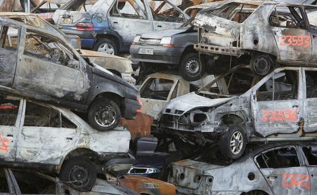 Coches quemados en incidentes vandálicos en 2005.
