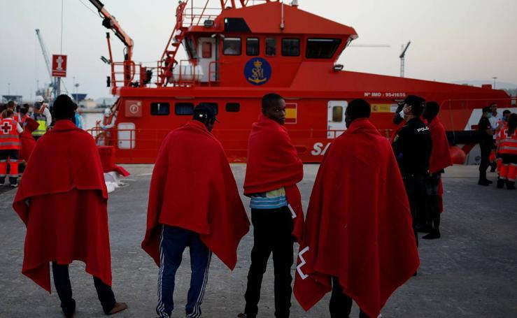 Inmigrantes rescatados de una patera llegan al puerto de Málaga