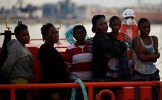 Trasladan al hospital a seis de las 53 personas rescatadas de la patera en Benajarafe