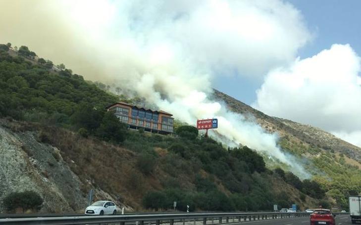 El fuego de un coche provoca un incendio en la urbanización Buena Vista de Mijas