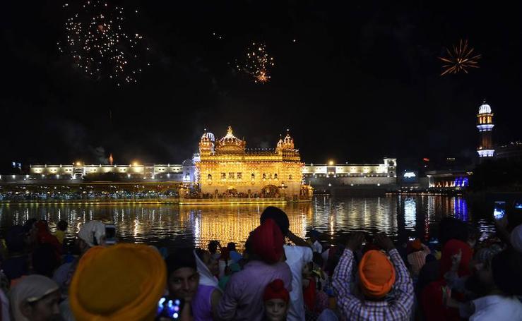 El 413 aniversario de la colocación del libro sagrado de los Sij en el Tempo Dorado de la India