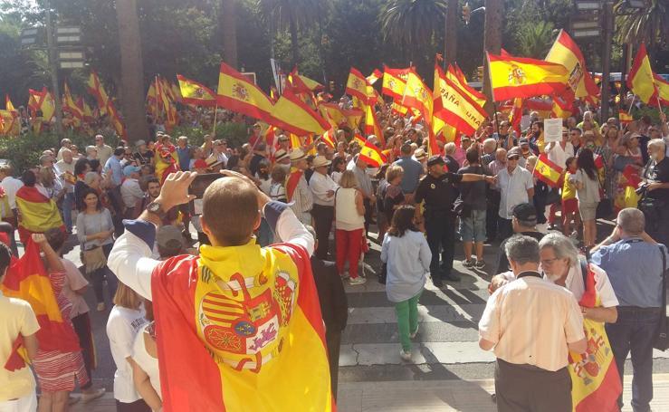 Concentración en la puerta del Ayuntamiento de Málaga contra el referéndum en Cataluña