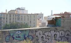 Los terrenos de Repsol, en el limbo mientras se acumula la basura y vuelven los 'okupas'