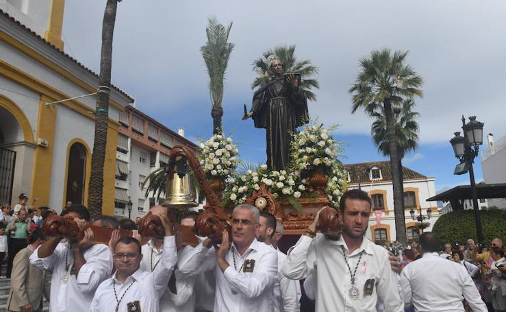 Miles de personas se echan a la calle para acompañar al Patrón de San Pedro