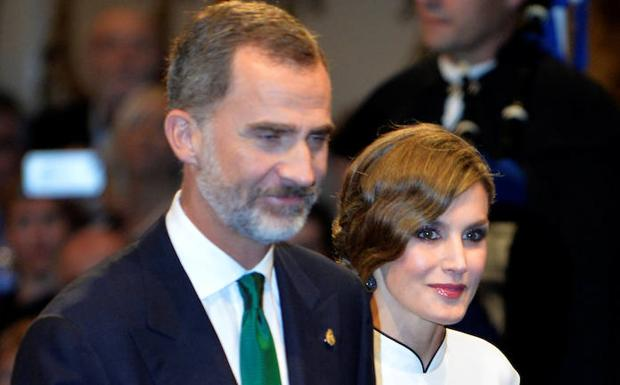 Felipe VI (i) Letizia llegan a la ceremonia. /Vincent West (Reuters)