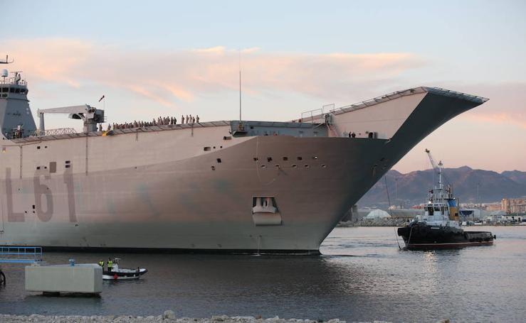 El portaaviones Juan Carlos I, a su llegada a Málaga