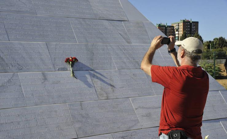 Familiares de represaliados durante la Guerra Civil les rinden tributo en Málaga