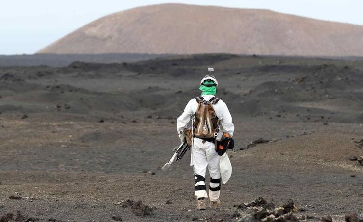 Un austronauta recogiendo muestras para la Agencia Espacial Europea en Lanzarote