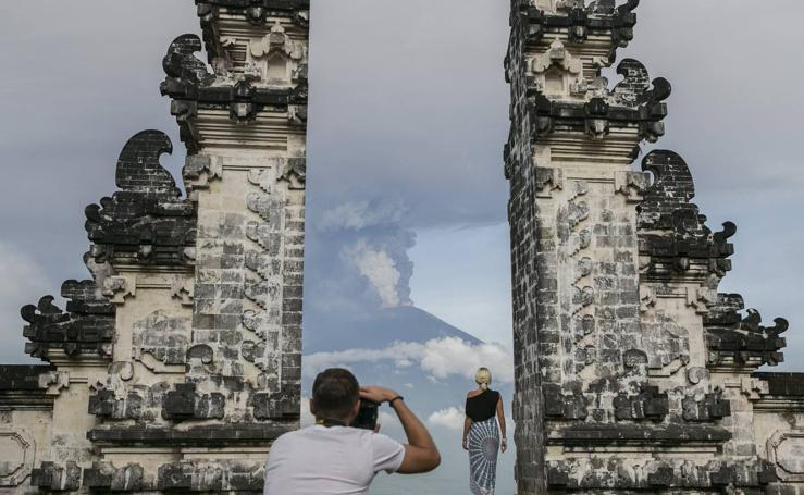 Bali: la erupción del volcán Agung irrumpe en el paraíso turístico