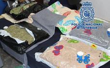 Interceptan 7 kilos de marihuana ocultos en fundas de almohada en una empresa de mensajería