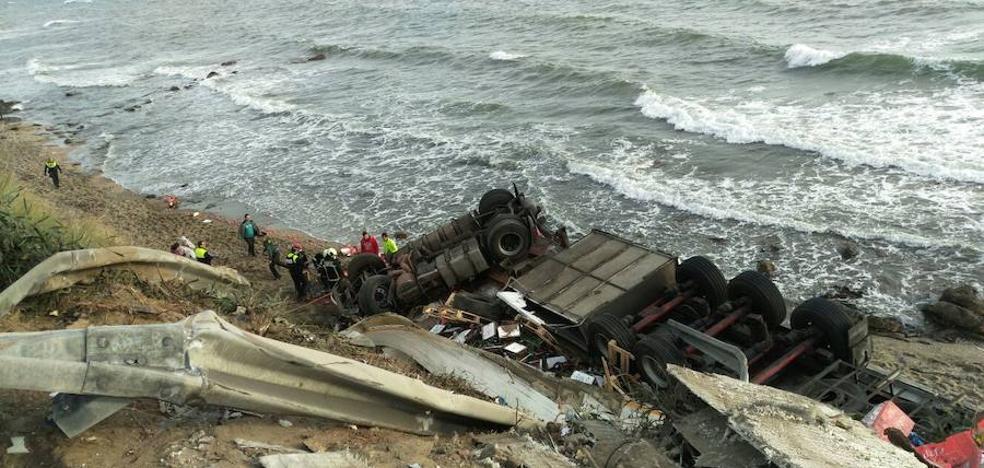 Muere un hombre al volcar su camión cargado de tomates en la playa de Mijas