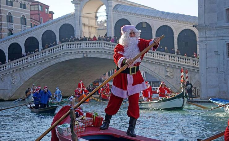 Papá Noel se deja ver por todo el mundo