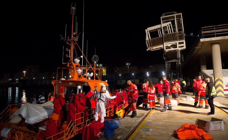 Llegan a Málaga 54 inmigrantes rescatados de una patera en el mar de Alborán