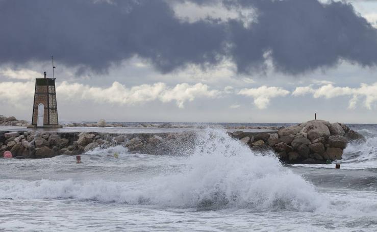 Así está siendo el temporal que tiene amarrada a la flota pesquera en Málaga