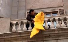 El Ayuntamiento de Barcelona cuelga un lazo amarillo para reclamar la libertad de los presos