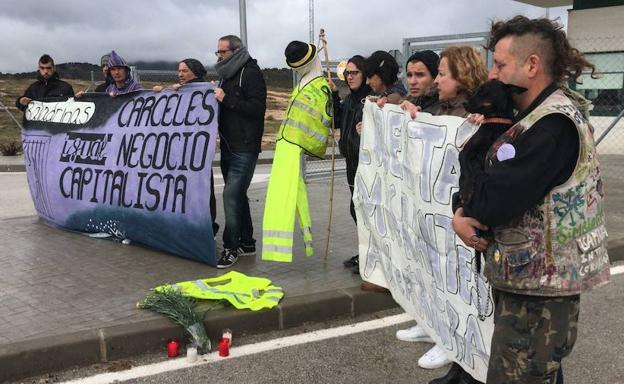 Protesta de la Plataforma contra el CIE de Archidona a las puertas del edificio tras conocerse el suceso.