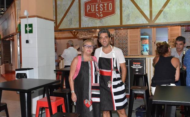Zaldívar osa delante de su negocio junto a su pareja Fernando Marcos.