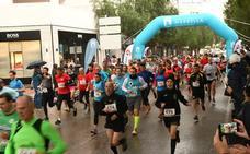 Más de 300 corredores se mojan por una buena causa en Puerto Banús