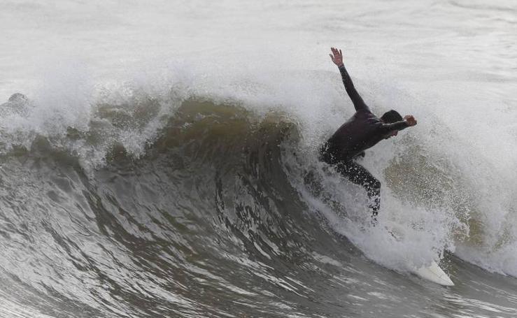 La otra cara del temporal: surfistas en Málaga