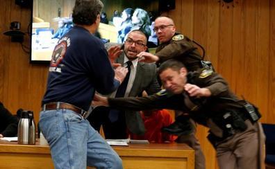 El padre de tres víctimas de Nassar intenta agredirle en el juicio