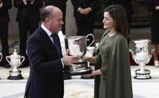 La Reina entrega al Ayuntamiento de Antequera el Premio Nacional de Deportes