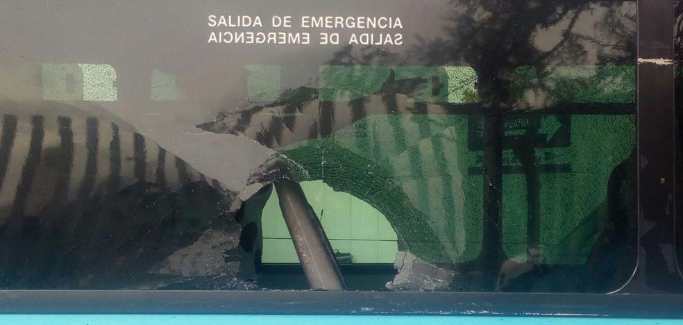 Revienta el cristal de un autobús de la EMT con una piedra después de que el conductor no le cogiera fuera de la parada