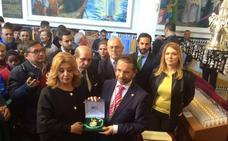 La familia de Chiquito de la Calzada dona la medalla de Andalucía al Cautivo