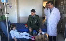 Miembros de la Brigada Paracaidista visitan a los menores ingresados en el Materno Infantil
