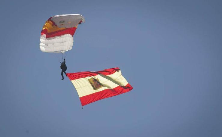 Saltos de la Brigada Paracaidista en el Miércoles Santo en Málaga