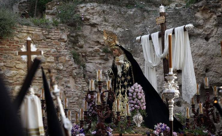 La cofradía de Santa Cruz, en procesión en la Semana Santa de Málaga