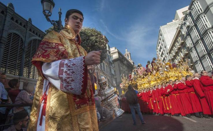 La Cofradía de la Sagrada Cena en procesión el Jueves Santo de Málaga