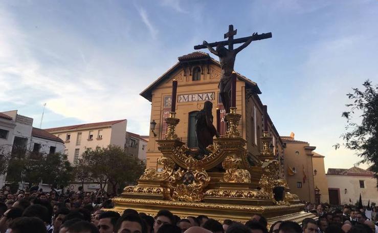 Cristo de la Buena Muerte y Virgen de la Soledad (Mena), en procesión por las calles de Málaga