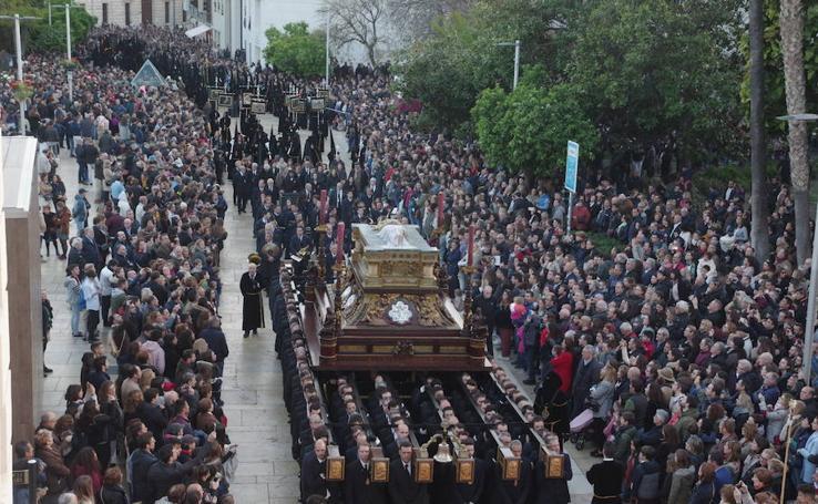 El Santo Sepulcro y la Virgen de la Soledad en procesión el Viernes Santo de Málaga 2018