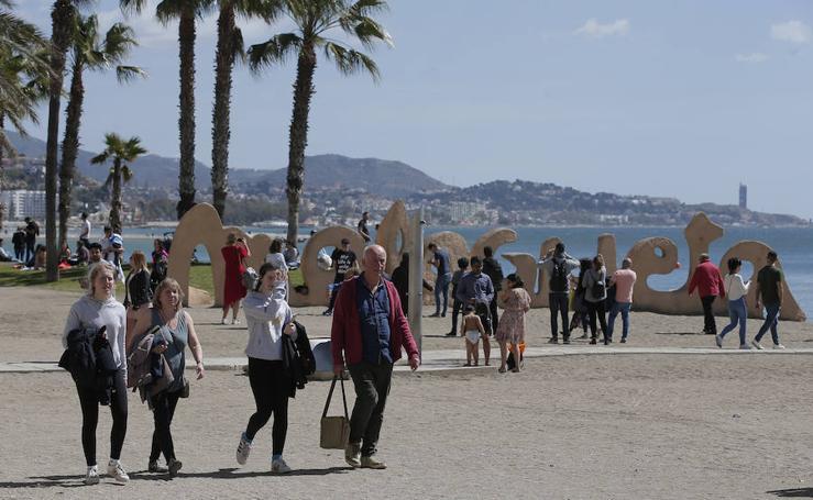 El buen ambiente durante el Sábado Santo en Málaga