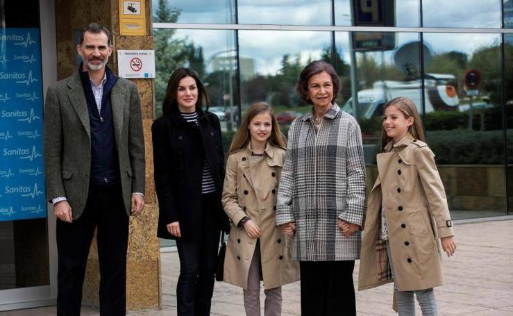 Los reyes Felipe y Letizia visitan a don Juan Carlos acompañados de sus hijas, Leonor y Sofía, y de doña Sofía