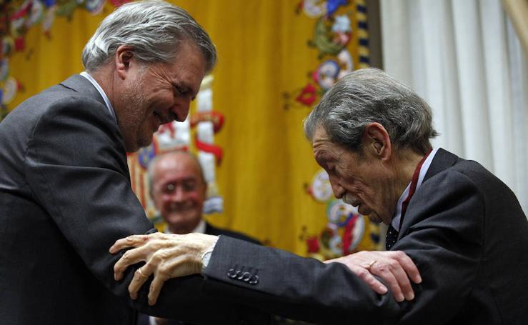 En fotos, Manuel Alcántara y Antonio Garrido reciben la encomienda de Alfonso X