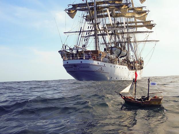 un navío de juguete en el océano diario sur