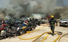 Bomberos actúan en un aparatoso incendio en un desguace en el polígono Guadalhorce