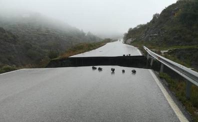 Restablecen el tráfico entre Salares y Árchez cortado por un socavón provocado por las lluvias