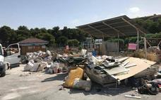 La acumulación de escombros vuelve a convertir el punto limpio de Torremolinos en un vertedero