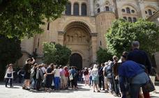 Oficinas medio vacías, calles llenas en Málaga