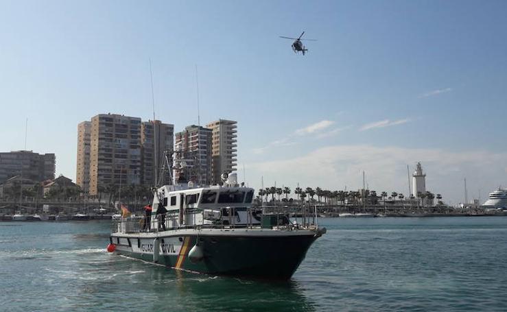Simulacro de rescate por aire y mar de la Guardia Civil en el Puerto de Málaga