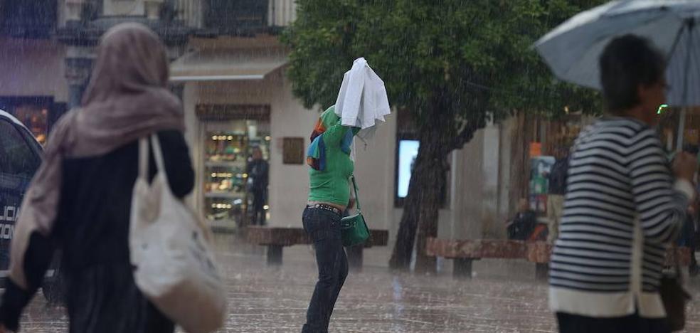 Una fuerte tormenta sorprende a los malagueños