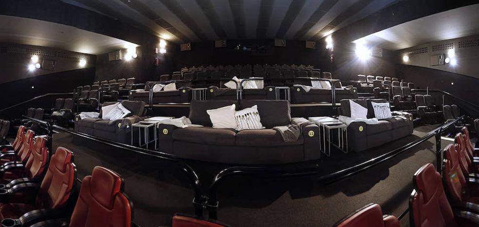 Dos cines de Málaga cambiarán las butacas por sofás y cojines para ver las películas