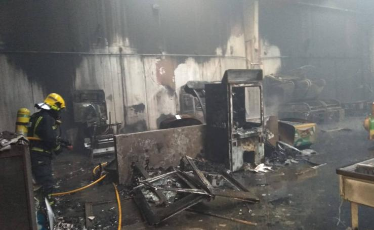 Un incendio calcina un parque infantil de camas elásticas del polígono Santa Bárbara de Málaga