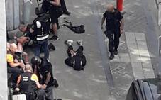 El presunto terrorista de Lieja atacó por la espalda a las dos polícias y les robó la pistola para matarlas