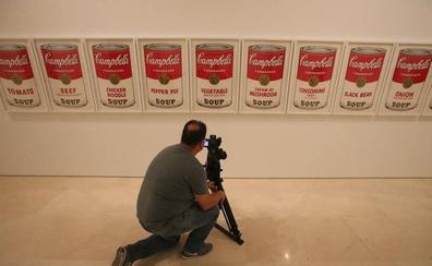 Picasso recibe a Warhol en su casa